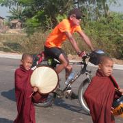 Vom Startpunkt der Reise, Mandalay in Myanmar, bis zum Ziel Saigon in Vietnam, legte Albrecht Steigner mehr als 3200 Kilometer und über 5000 Höhenmeter mit dem Rad zurück. Auch wenn er auf seiner Reise viele der bekannten Sehenswürdigkeiten besuchte, so standen die Begegnungen mit Menschen abseits der Touristenrouten im Mittelpunkt. Und für dieses Vorhaben war das Fahrrad das ideale Fortbewegungsmittel. Die Reise war nicht immer leicht. Extreme Steigungen in den Bergen von Myanmar und Laos, große Hitze im Mekong-Delta, Eiseskälte und Regen in Laos oder starker Gegenwind in Kambodscha zehrte an seinen Kräften. Doch immer wieder wurden er entschädigt durch grandiose Landschaften und liebenswerte Menschen.